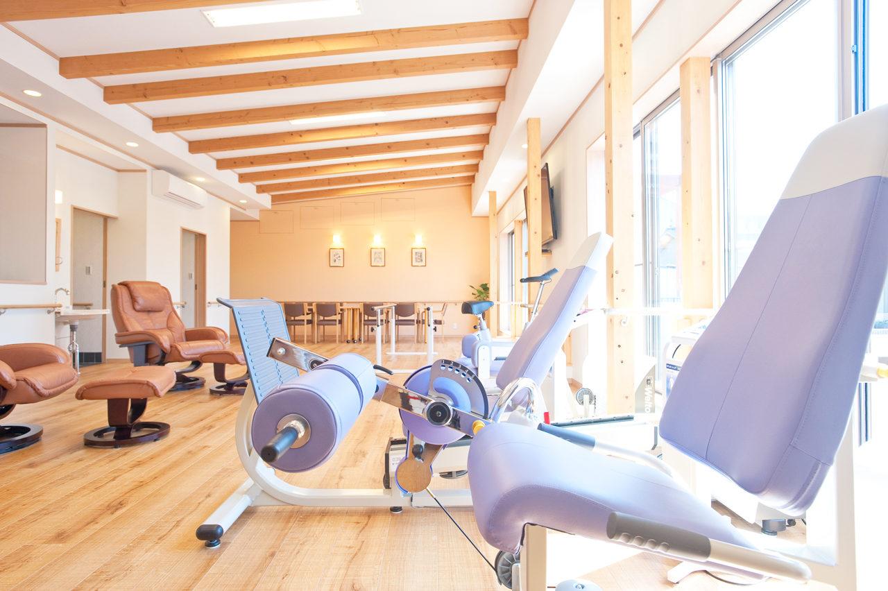 開放的で温もりのある食堂及び機能訓練室の設計
