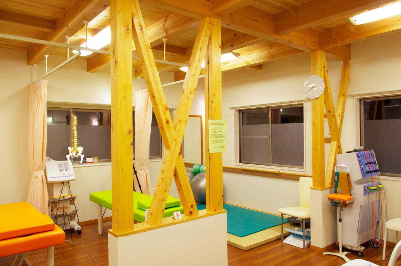 優しさと温もりのある施術室のある接骨院の設計、デザイン