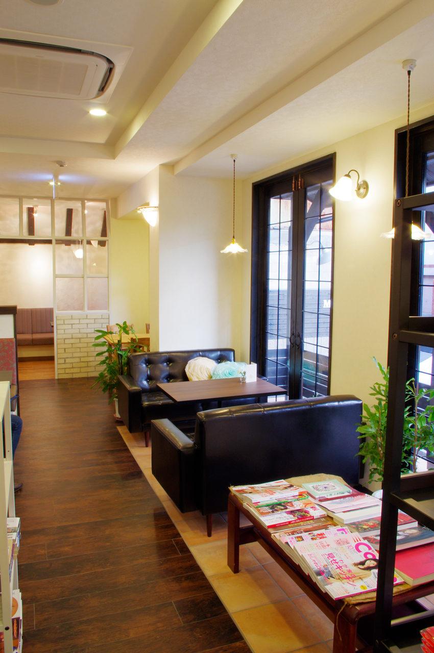 ソファー席のあるカフェとギャラリーの店舗デザイン、新築設計|名古屋市