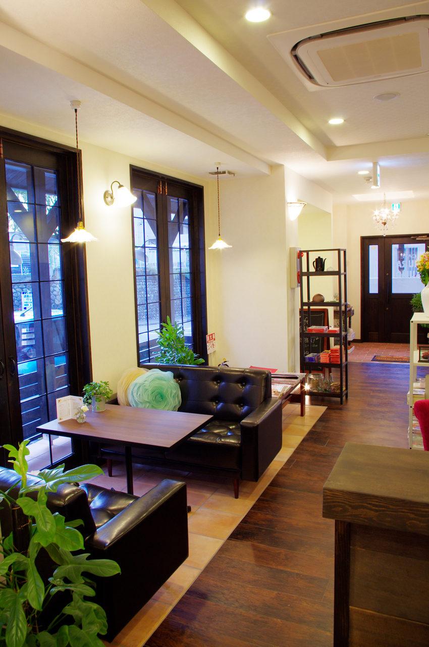 名古屋市で店舗デザイン、新築設計をしたソファー席のあるカフェとギャラリー