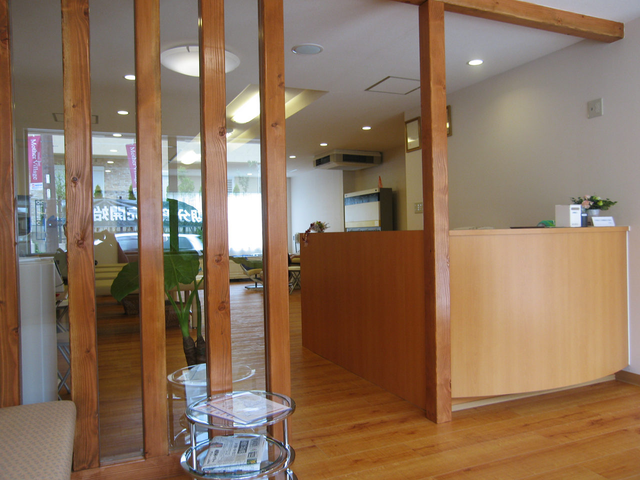 接骨院のテナント店舗改装デザイン、増築設計の受付カウンター、待合室|岐阜県岐阜市