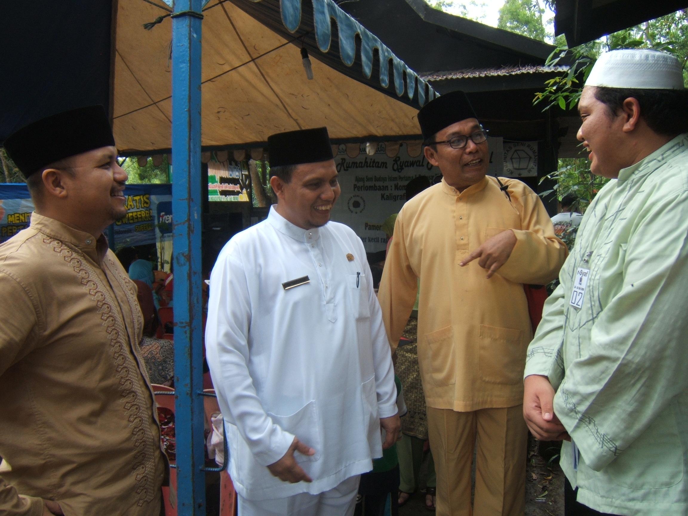 Ria Saptarika wakil walikota Batam di Rumah Hitam, tak sempat nak melihat Rido beraksi membacakan puisi nya.