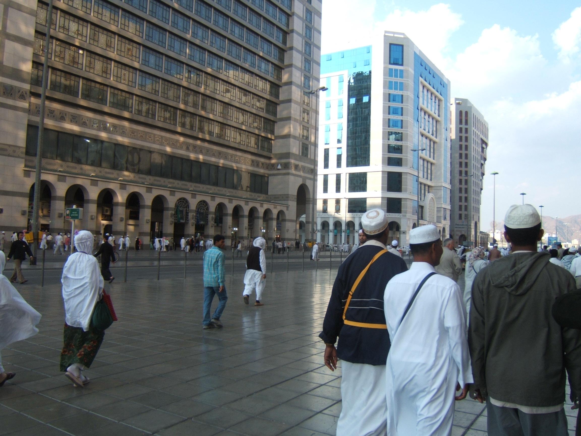 Hotel di Madinah jauh lebih bagus dari di Makkah, namun demikian kamar kapasitas untuk dua orang dijejali enam orang selama lebih sepekan mebuat suasana tak nyaman, lain hal kalau hanya 1 dua hari saja. Tularan virus akan lebih meningkat.