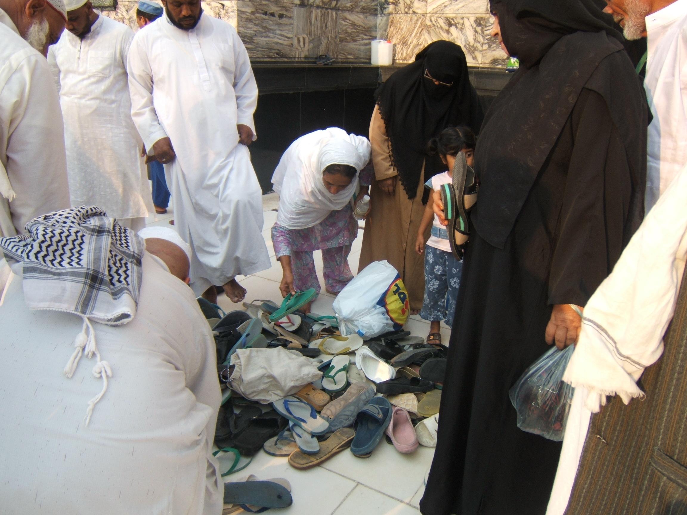 Tumpukan sandal dan alas kaki lainnya berserakan, termasuk yang dibersihkan dan disingkirkan oleh petugas pembersihan, terkadang sandal sandal ini bergelimpangan dan tercecer diareal tawaf.
