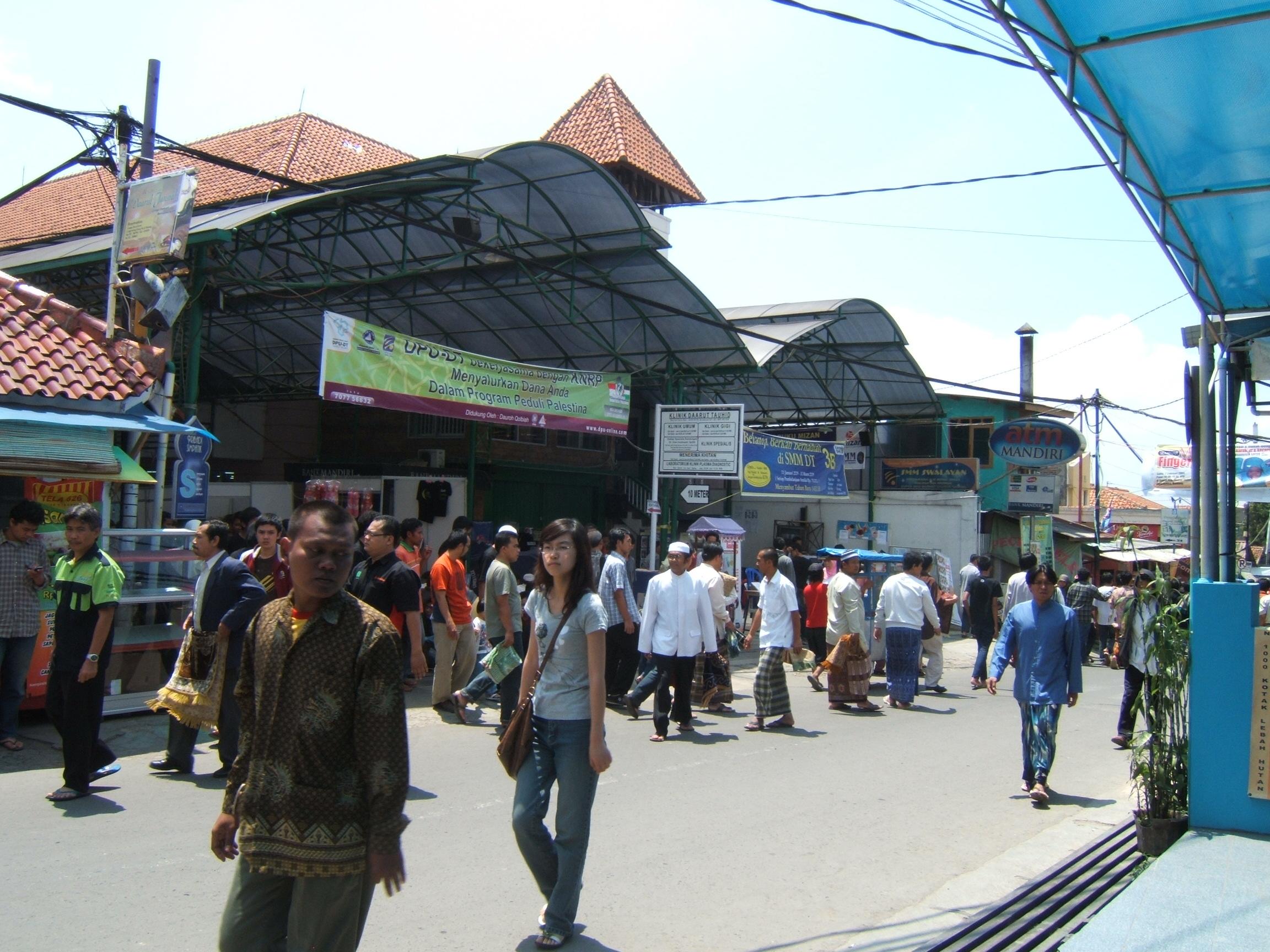Suasa selesai shalat jumat di Geger kalong Bandung