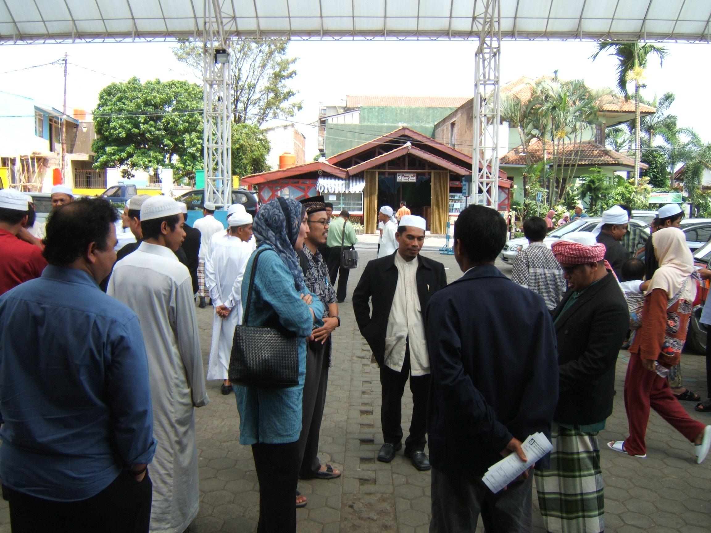 Sebagian peserta rombongan dari YMAT didepan cottage DT di Bandung