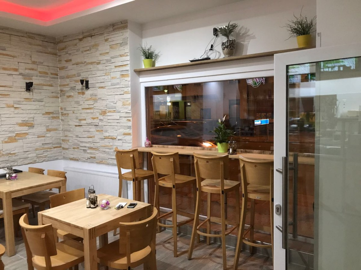 Innenansicht Restaurant mit Blick nach draußen
