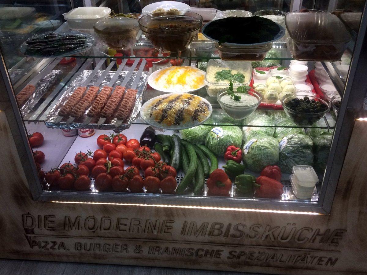 Theke mit frischen Speisen und Gemüse