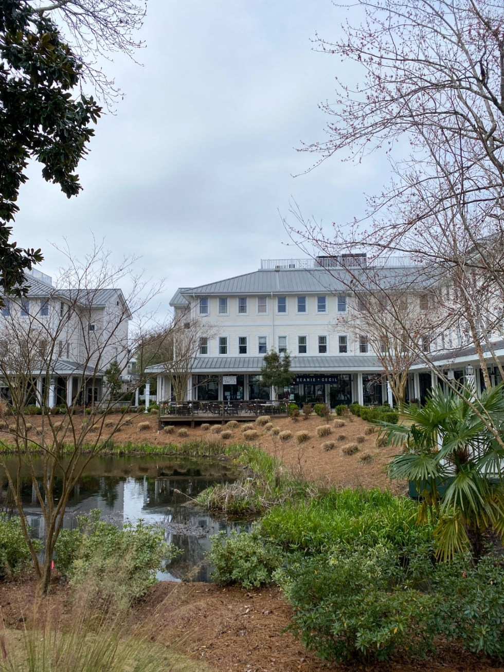 A Spring Weekend in Wilmington, NC: the Best Things to Do - I'm Fixin' To - @imfixintoblog |Weekend in Wilmington by popular NC travel blog, I'm Fixin' To: image of Beanie and Cecil in Airlie Gardens.