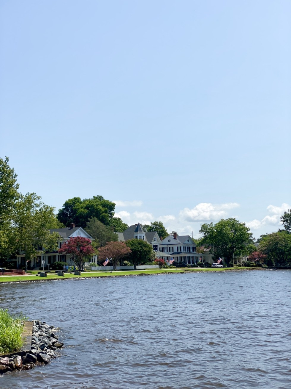 Top 10 Best Things to Do in Edenton, NC: A Complete Travel Guide - I'm Fixin' To - @imfixintoblog | Edenton Travel Guide by popular NC travel guid, I'm Fixin' To: image of waterfront colonial homes.