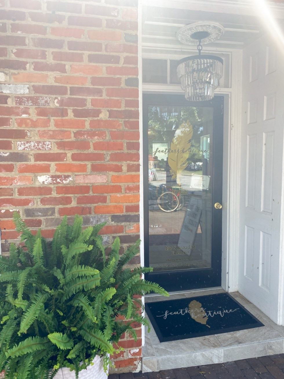 Top 10 Best Things to Do in Edenton, NC: A Complete Travel Guide - I'm Fixin' To - @imfixintoblog | Edenton Travel Guide by popular NC travel guid, I'm Fixin' To: image of the Feathers Boutique.