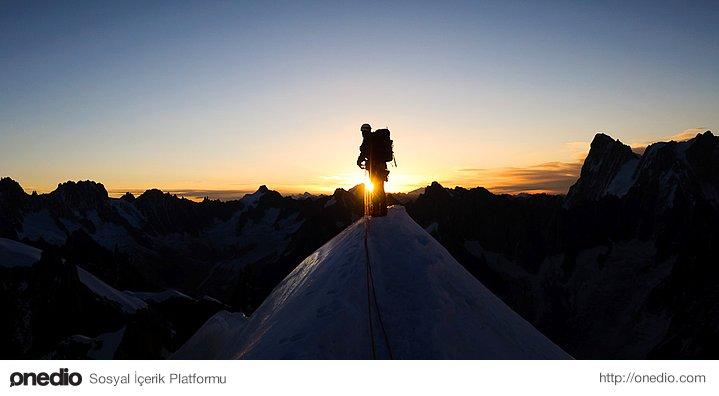 Dağın tepesine hangi yoldan çıkarsan çık, manzara aynıdır. Ancak çıkarken gördüğün manzara farklıdır.