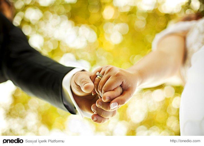 Evlilik kale gibidir, dışındakiler girmeye, içindekiler çıkmaya uğraşır dururlar.