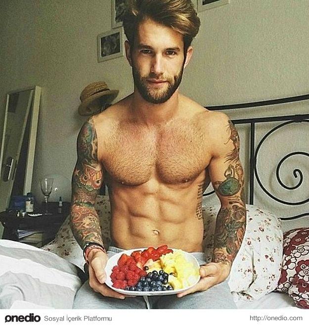 Elinde sizin için hazırlanmış bir tabakla karşınızda duran bir erkekten daha seksi pek az şey vardır.