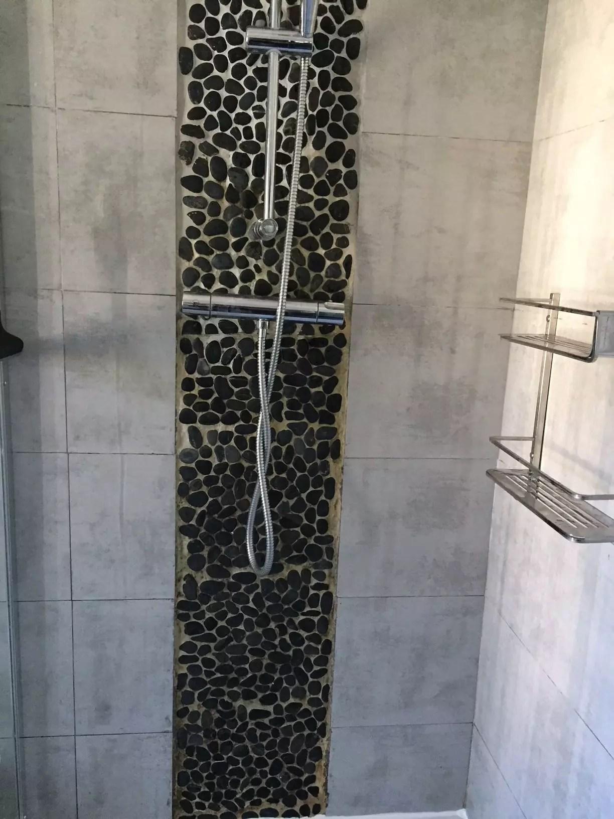 une frise de galet de salle de bains