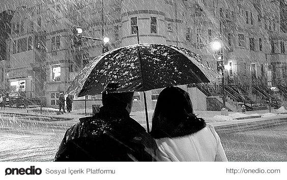 Yağışlı bir havada şemsiyesi olmayan birini şemsiyesi altına almayı teklif edebilen insan.