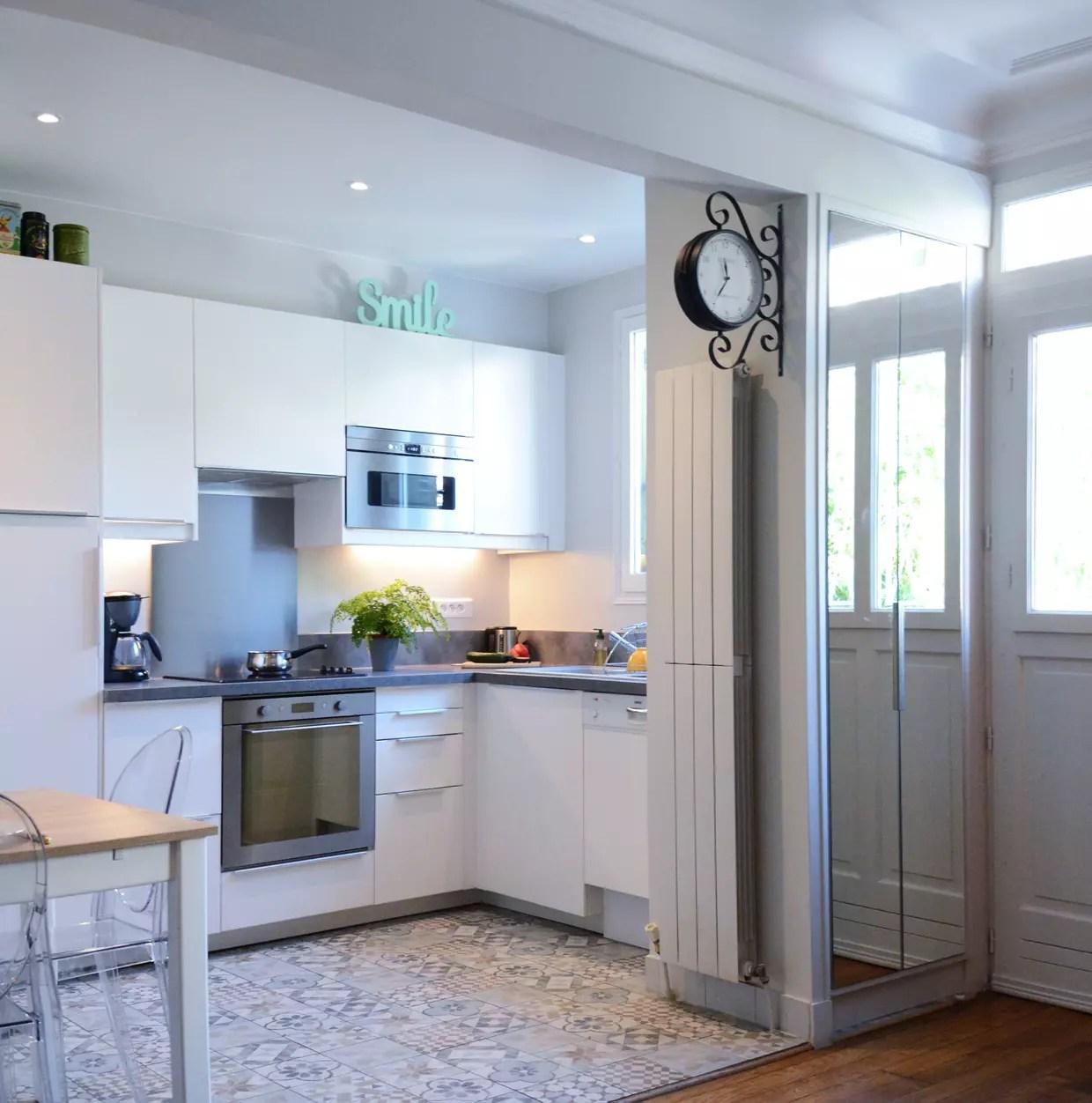 une cuisine blanche avec carreaux de ciment