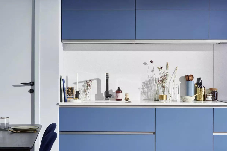 une cuisine bleu clair tout en sobriete