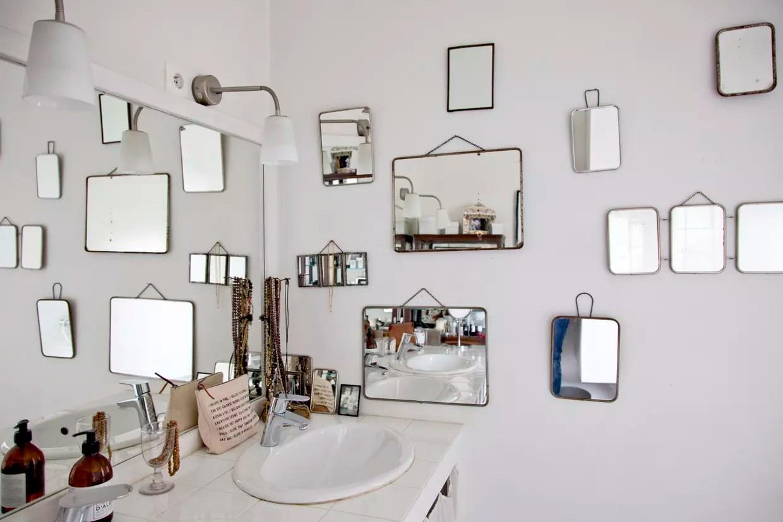 Des Miroirs De Barbier Dans La Salle De Bains