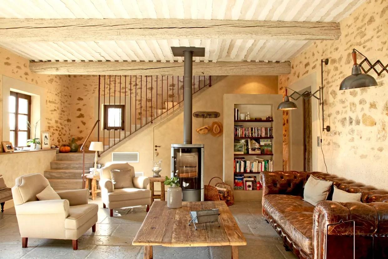 un salon cosy avec poele a bois