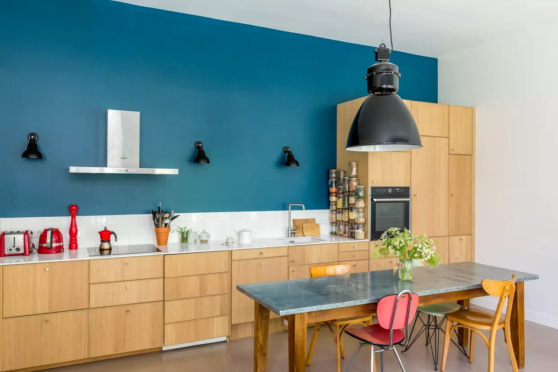 une cuisine bleu canard et chene