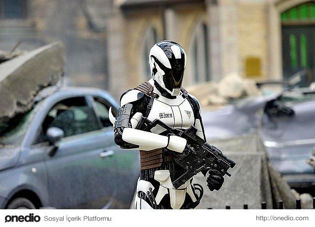 Mevcut olan polis kuvvetleri %50 oranında azaltılacak ve yerini yapay zekaya sahip olan robotlara bırakacak.