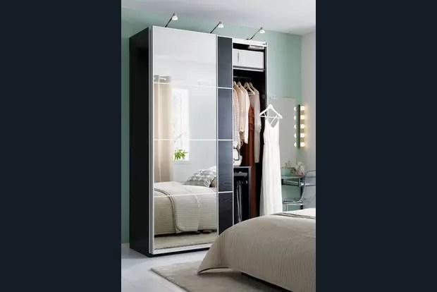 une grande armoire avec miroirs