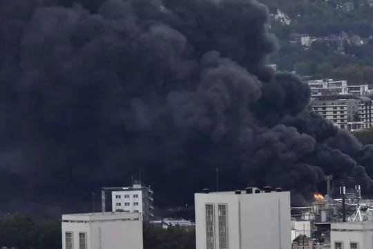 """Incendie à Rouen: la ministre de la Santé reconnaît la ville """"polluée"""""""
