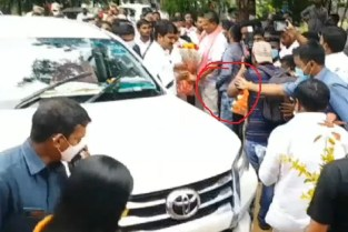 Pick Pocketers Stole Money From TRS Netas In Ministers Programme
