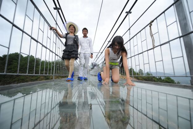 13 Pics Of A Glass Bridge That Strikes Fear In Tourists' Hearts 4