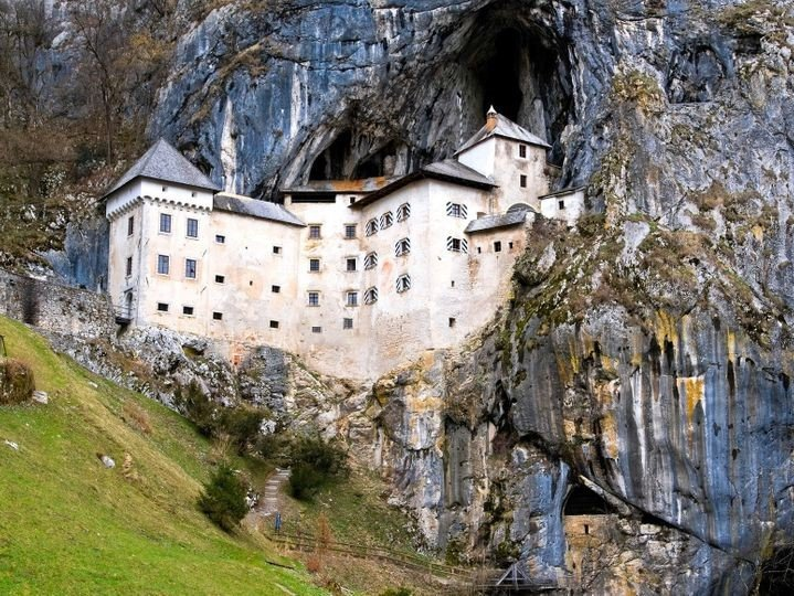 قلعة بريدجاما ، سلوفينيا |  أكثر 9 قلاع مسكون رعبًا في أوروبا |  التوت الدماغ