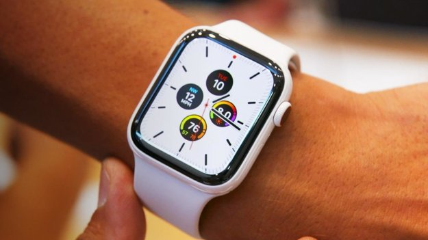 Apple Watch Series 5 – $400 | 9 Must-Have Holiday Gadgets for Tech Lovers | Brain Berries