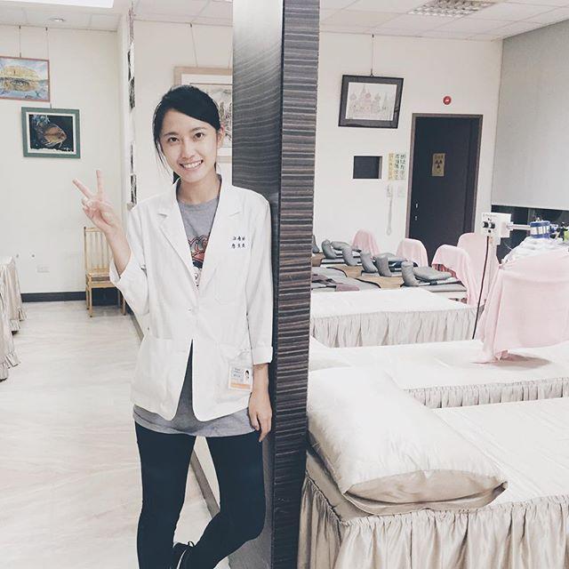 廖奕璇 - 台中甜美物理治療師Shanphil甜笑太美正翻表特版、鄉民搶掛號求診一堆50肩發作快來治療我