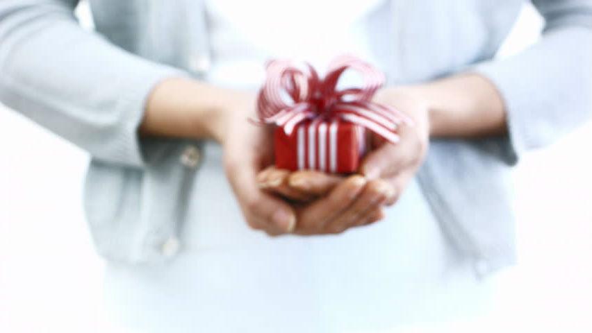 Одинокая женщина любит делать подарки   Как понять, что перед вами одинокая женщина: 9 точных примет   Her Beauty