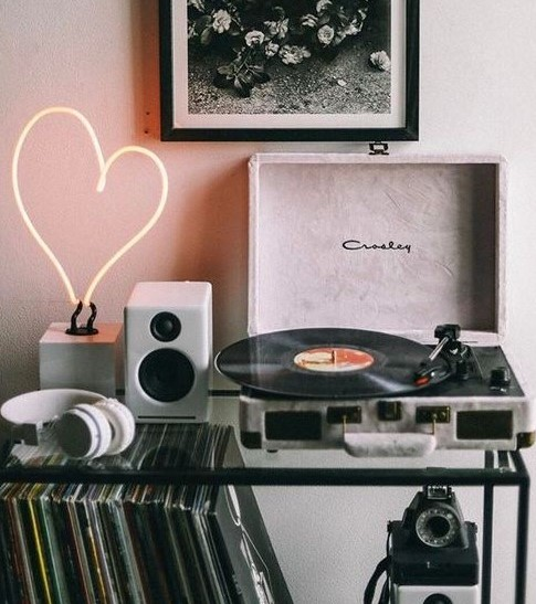 Make them a playlist | 9 Gifts That Are Better Than Flowers | Her Beauty