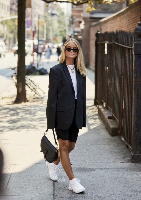The commuter shoes | 15 Fashion Lessons You Only Learn While Living in New York City | Her Beauty