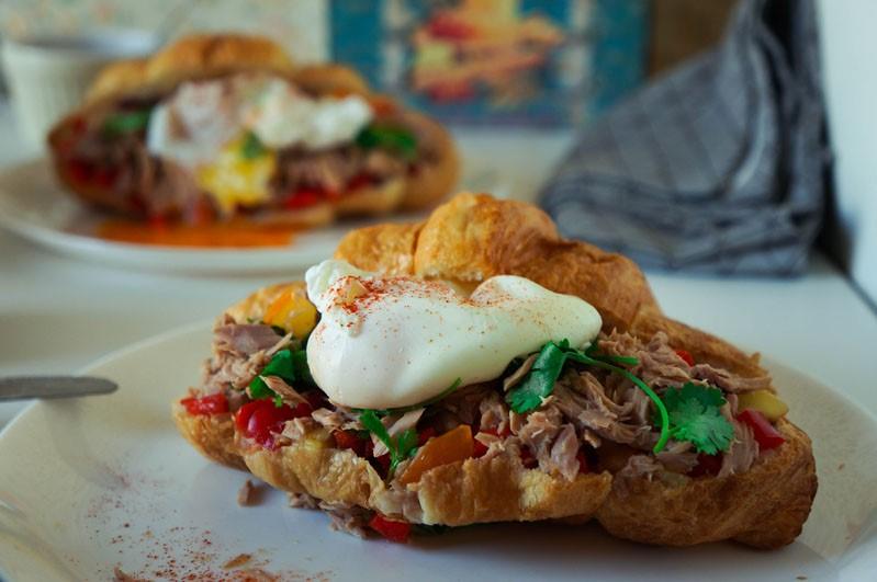 Круассан с яйцами-пашот, сальсой и тунцом | 10 аппетитных блюд из яиц, которые вы приготовите за 10 минут | Brain Berries