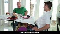 Sexo oral al hijastro mientras el padre esta precente sospechando