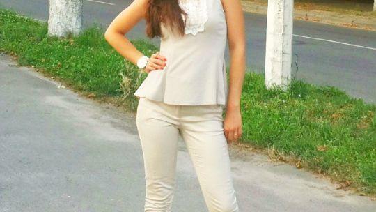 Дамочка в бежевых обтягивающих джинсах