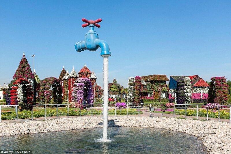 В отличие от многих других садов мира, растения в Саду чудес выращиваются на шпалерах различных конфигураций, например, в виде домиков, как на этом снимке.