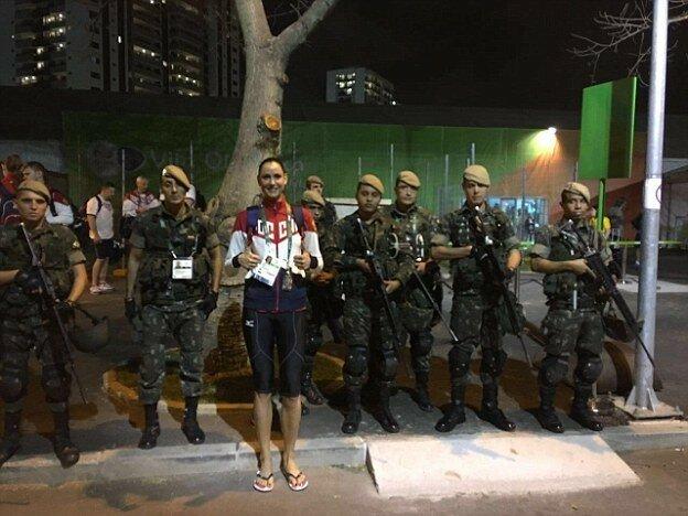 Гончарова позирует с солдатами, обеспечивающими безопасность в Рио-де-Жанейро.