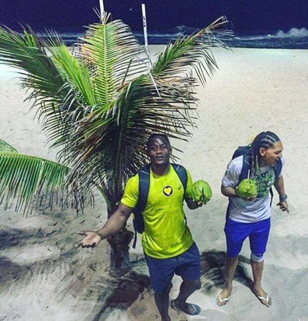 Регбист Сеабело Сенатла из ЮАР наслаждается моментами отдыха на пляже Копакабана.