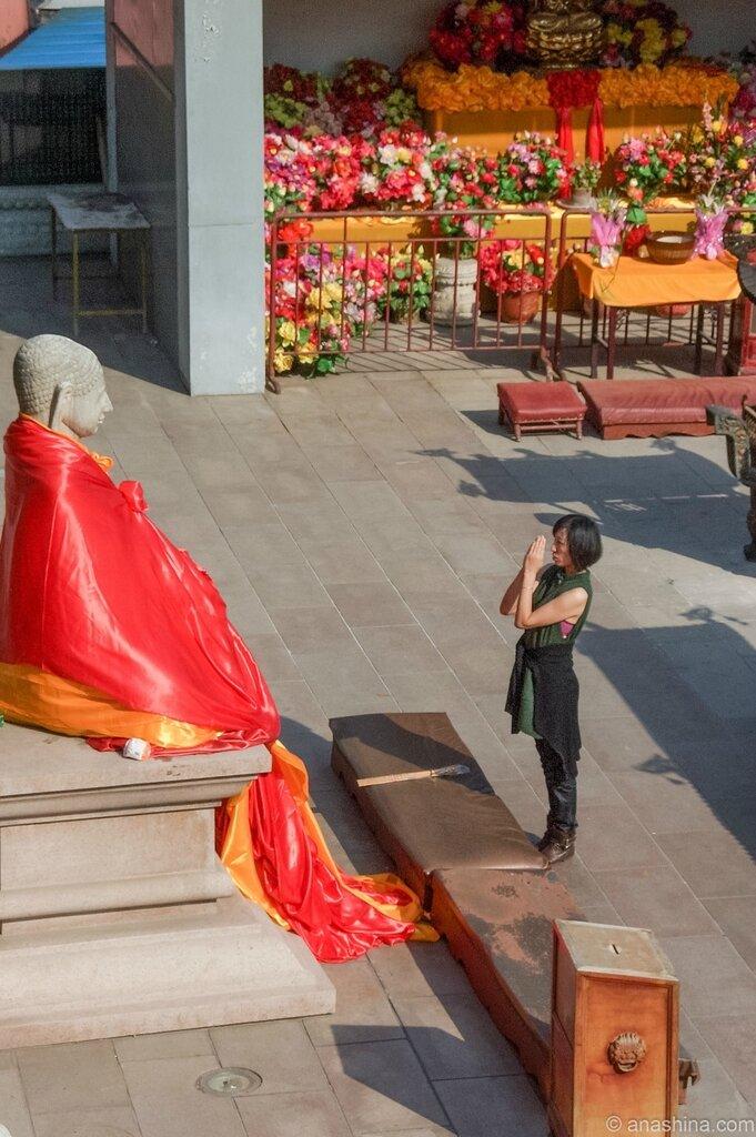 Девушка около статуи Будды, монастырь Лингуан, Бадачу