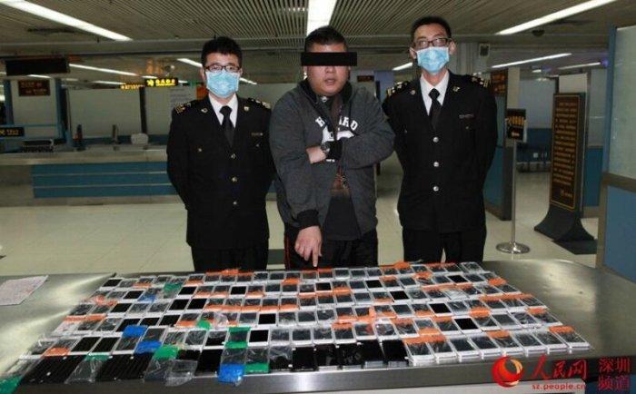 Рекорд контрабанды iPhone   китаец пытался пронести на себе 146 телефонов