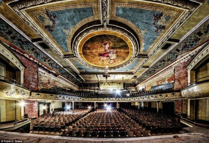 Когда в 1912 году в Нью-Бедфорд, штат Массачусетс, был открыт театр Orpheum Theatre, в нем могли разместиться аж 1500 человек. Позже помещение использовали под кинотеатр, а в 1958-59 гг. закрыли.