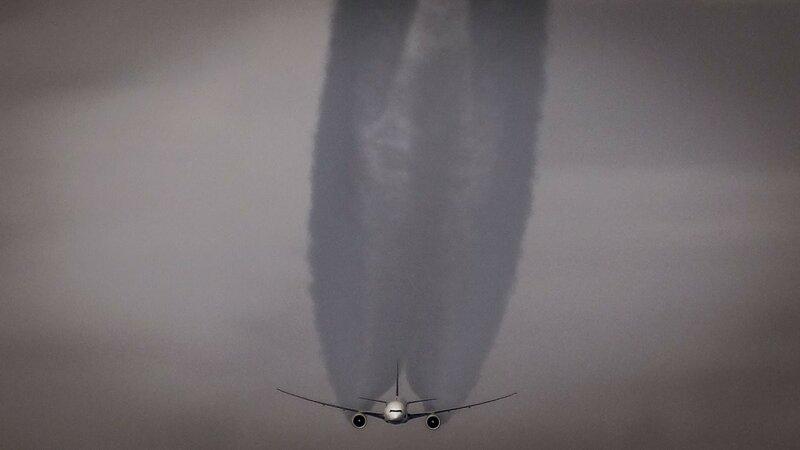 Boeing 777 на крейсерской высоте. Благодаря большому увеличению получилось снять самолет, который летел ниже самолета LOT. Фото: Себастьян Бурчицки, второй пилот Embraer 175, LOT Polish Airlines