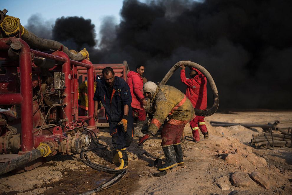 20. Сборка трубопровода для подачи воды к местам возгорания. (Фото Odd Andersen):