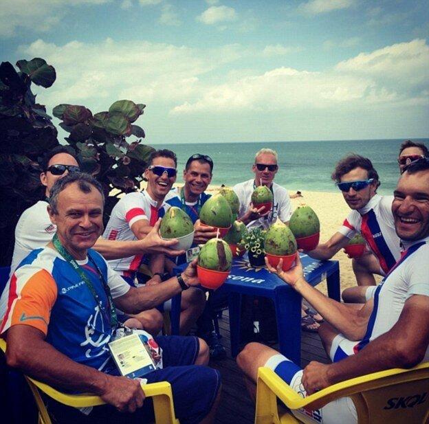 Чешские яхтсмены попивают кокосовое молочко на пляже. И своим болельщикам не хворать советуют.