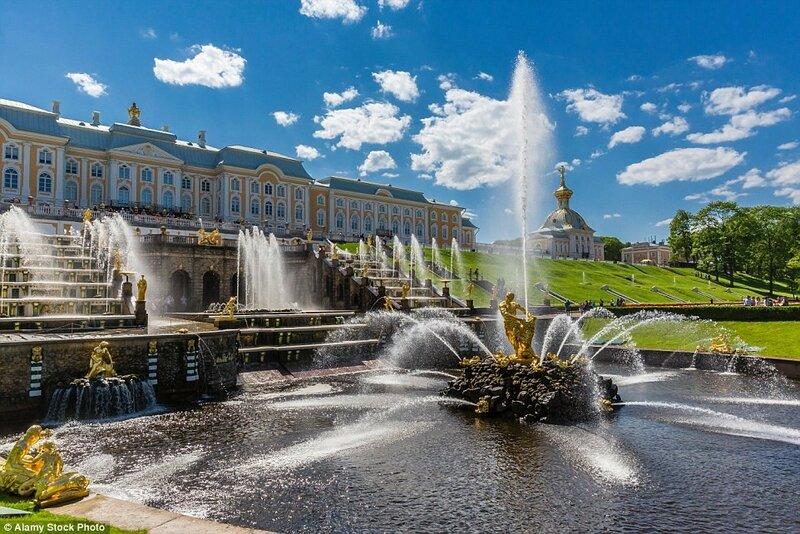 Дворцово-парковый ансамбль Петергоф. Петергоф, который за границей часто называют русским Версалем, включает в себя несколько дворцово-парковых ансамблей, строившихся на протяжении двух столетий.
