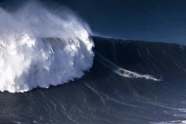 Американский серфер побил рекорд на волне в 30 метров
